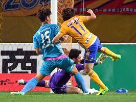前半11分、先制ゴールを決めた仙台FW石原(右)と鳥栖GK権田が激突する=仙台市のユアテックスタジアム仙台