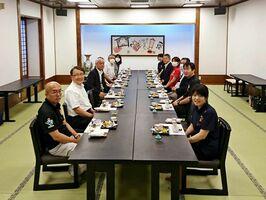 大広間を使い、隣の人と1メートル以上離して椅子を配置した会食の様子=神埼市(提供)
