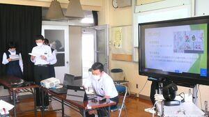 オンラインによるサミット会議で、千代田中の取り組みを発表する生徒=神埼市の同校