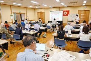 佐賀空港への自衛隊オスプレイ配備計画を巡り、講演や質疑があった市民集会=佐賀市の本庄公民館