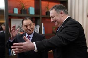 米ワシントンのホテルで会談に臨むポンペオ米国務長官(右)と北朝鮮の金英哲朝鮮労働党副委員長=18日(ロイター=共同)