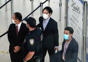 米ニューヨークのケネディ国際空港で、空港職員に囲まれながらセキュリティーチェックに向かう小室圭さん(右から2人目)=26日(共同)