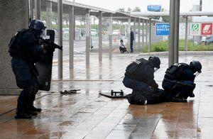 訓練で、銃器を持ったテロリストを制圧する佐賀県警機動隊員=佐賀市川副町の佐賀空港
