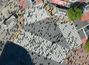 「まん延防止等重点措置」適用が決まってから初の週末、渋谷のスクランブル交差点を歩く人たち=10日午後、東京都渋谷区(共同通信社ヘリから)
