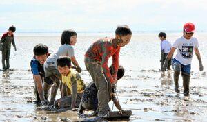 有明海の干潟に入って思い切り遊ぶ子どもたち=鹿島市常広の肥前鹿島干潟