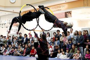 フープを空中でくぐり抜ける大技を披露するVIVO=佐賀市のモラージュ佐賀