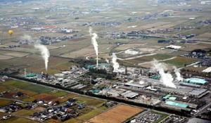 工場の煙突から上がる煙。競技者が風を読む手掛かりとなる