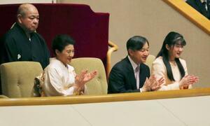 大相撲初場所を観戦し、力士に拍手を送られる天皇、皇后両陛下と長女愛子さま。後方は八角理事長=25日午後、東京・両国国技館