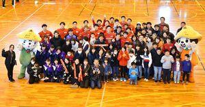 試合後、記念撮影するトヨタ紡織九州の選手や来場者ら=神埼市神埼町の神埼中央公園体育館