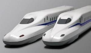 現在の主力車両「N700A」(左)と新型の「N700S」の模型(JR東海提供)