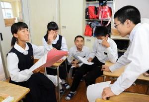 米国に戦争責任を問うべきかどうか、活発に議論を交わす生徒=佐賀市の城北中