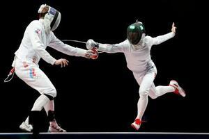 男子エペ団体決勝 ROC選手(左)からポイントを奪う加納虹輝=幕張メッセ