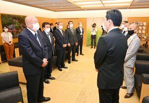 唐津市の七つの離島の区長らが山口祥義知事(手前右)と面会し、新型コロナウイルスを巡る対応への謝意を伝えた=県庁