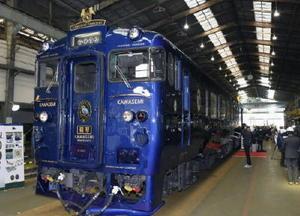 報道陣に公開された観光列車「かわせみ やませみ」