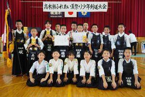 第32回高木瀬ふれあい夏祭り少年剣道大会の上位入賞者ら