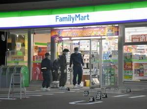 強盗被害に遭ったファミリーマート佐賀高木瀬長瀬店を調べる捜査員=20日午前4時半ごろ