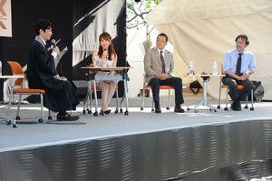 AIDS文化フォーラムで、エイズ予防について語り合うパネリスト。左から古川潤哉さん、吉沢明歩さん、高濱宗一郎さん、青木洋介さん=佐賀市の佐賀大鍋島キャンパス
