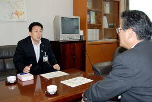 佐賀空港のマイエアポート宣言を行った小城市の江里口市長=平成21年、県庁