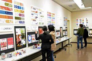 佐賀コンピュータ専門学校のCG作品展で学生の解説を受ける来場者=佐賀市の県立美術館