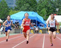 女子3年100メートル決勝 県中学新の12秒09を出した鏡の德永心奈(中央)=鹿島市陸上競技場