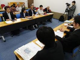 開門派の漁業者側弁護団(奥)が基金案について農水省と意見交換した=東京・霞が関の農林水産省