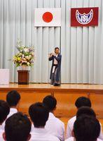 生徒たちの前で篠笛の演奏を披露する佐藤さん=嬉野高校塩田校舎体育館