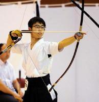 弓道男子個人準決勝 的に集中する小濱大輝(伊万里)=仙台市のカメイアリーナ仙台