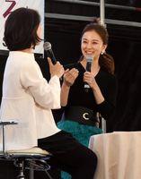 佐賀の魅力を笑顔で話す中越典子さん=バルーンフェスタ会場内の憩いの広場