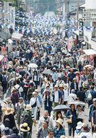 初日から多くの陶器市客が詰めかけ、皿山通りは人でいっぱいに=29日午前11時43分、西松浦郡有田町