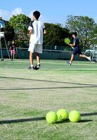 県高校総体の中止が決まった11日も、朝から多くの高校生が自主練習に取り組んでいた=佐賀市のSAGAサンライズパーク庭球場
