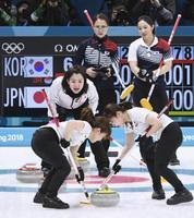 日本―韓国 第9エンド、指示を出す藤沢(中央)。奥左は韓国のスキップ、金ウンジョン=江陵(共同)