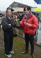 食場好吉区長(左)に、面浮立を見た感想を伝える野村一樹さん=太良町