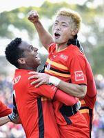名古屋―C大阪 試合終了間際、2点目のゴールを決め、ガッツポーズで喜ぶ名古屋・赤崎(右)=パロマ瑞穂