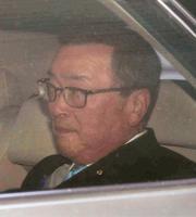 公明党の斉藤税調会長との会談を終えた自民党の宮沢税調会長=11日午前、東京都内のホテル