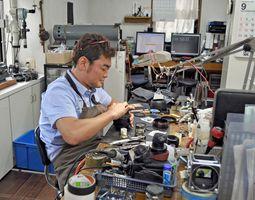 写真を修理する田尻智也さん