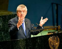国連総会で演説するIOCのバッハ会長=9日、米ニューヨークの国連本部(共同)