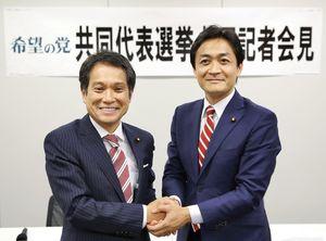 希望の党の共同代表選に立候補し、記者会見で握手する大串博志氏(左)と玉木雄一郎氏=8日午後、国会