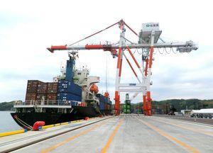 貨物取扱量が増加している伊万里港の国際コンテナターミナル(佐賀県提供、画像は一部加工)