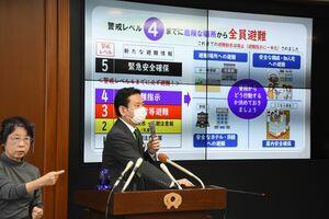 定例会見で佐賀県の取り組みなどについて説明した山口祥義知事=26日午前、県庁