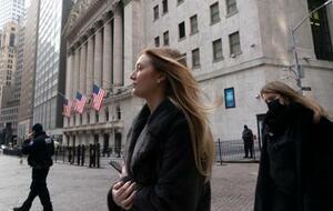 ニューヨークのウォール街を歩く人たち(AP=共同)