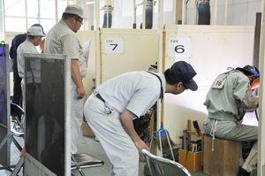 溶接の美しさや作業工程の安全性などに心がけ、技術を競う高校生=佐賀市の県工業技術センター