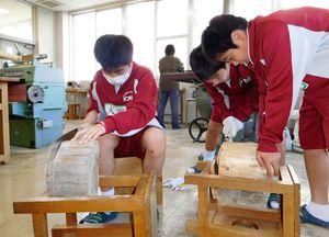 流木をのこぎりでカットする生徒たち=佐賀市の城南中学校