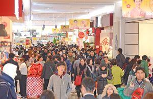 昨年秋に大幅増床したゆめタウン佐賀。流通業界は、インターネット通販など業態を超えた競争が激化している=1月、佐賀市の同店