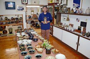 春の窯出し展への来場を呼び掛ける金子晃久さん=武雄市武内町の多々良焼金子窯