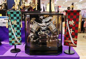 ゆめタウン佐賀(佐賀市)では、飾り台がそのまま収納箱になる「収納飾り」やそのまま飾れる「ケース飾り」が人気です。価格は税込み3万9380円~7万6780円。流行を取り入れた市松模様の名前旗などもあります。