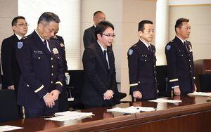 佐賀県に陸自ヘリ墜落事故の調査状況を報告する防衛省の大野敬太郎政務官(左から2人目)ら関係者=県庁