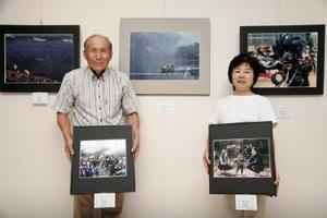 むつごろうフォートス写真展への来場を呼び掛ける岩永利雄会長(左)=鹿島市の市民交流プラザ「かたらい」