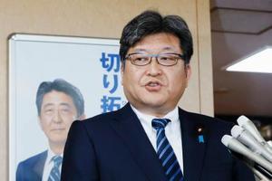 報道陣の質問に答える自民党の萩生田光一幹事長代行=19日午後、東京・永田町の党本部