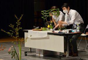 花を生けながら、解説する講師の笹山安文さん=佐賀市天神のアバンセ