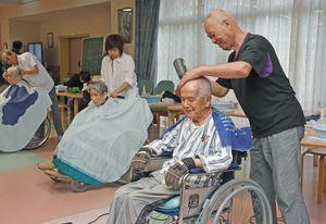 理容師が老人ホームでボランティア 「きれいになってうれしい」